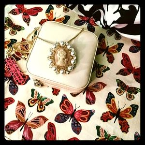 🌸 NWT Betsey Johnson Cameo Necklace/Pin 🌸